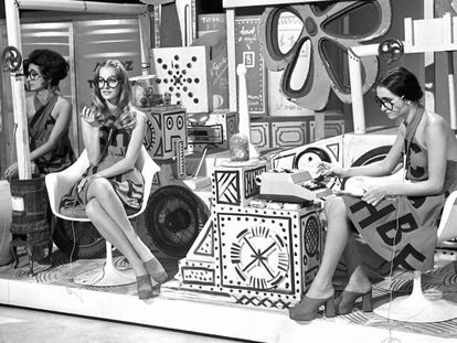 Entre el 'avant garde' y el delirio ye-yé: una imagen de las azafatas del 'Un, dos, tres' en su espectacular decorado en el año 1973.