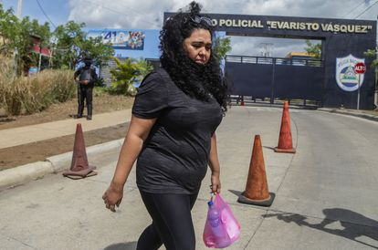 Verónica Chávez outside the prison known as El Chipote, where he believes his wife, journalist Miguel Mora, has been detained.