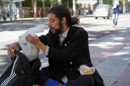 Francisco, que hasta hace poco vendía entradas del palacio Real, guarda la comida en su mochila.