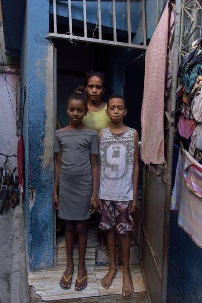 Una familia de una de las viviendas que recibió disparos durante el operativo policial.