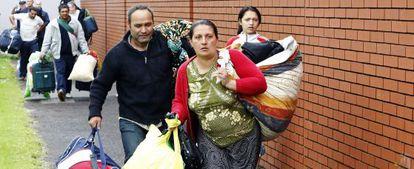 Familias romaníes llegan a un centro de acogida de Belfast.
