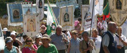 Asistentes al rezo del Rosario en 'Prado Nuevo El Escorial'