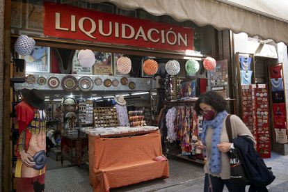 Tienda de souvenirs adornada con farolillos de feria en el centro de Sevilla.