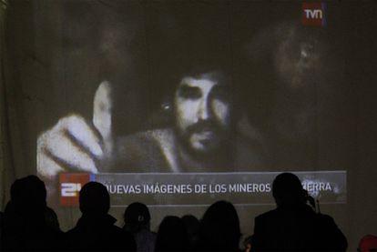 La televisión chilena ha mostrado nuevas imágenes grabadas este jueves de los trabajadores atrapados. Se les observa con largas barbas y bastante delgados.