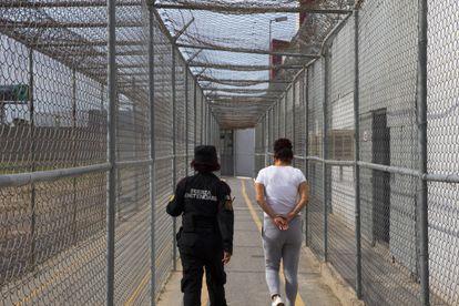 Una mujer es llevada a su celda  en las  instalaciones del Centro de Reinserción Femenil.