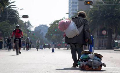 Un hombre sin hogar arrastra sus pertenencias en la Ciudad de México.