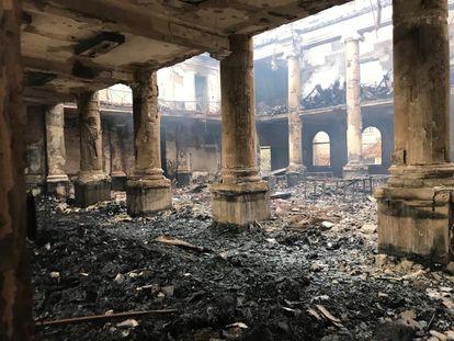 La biblioteca principal de la Universidad de Ciudad del Cabo (Sudáfrica), afectada por el incendio del 18 de abril.