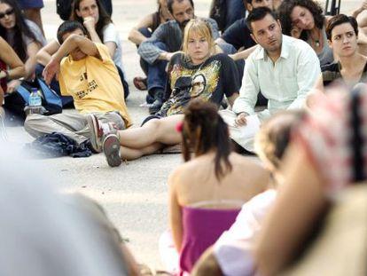 En el centro, con camiseta negra, Katherina, una de las víctimas, en una asamblea del 15-M celebrada tras la agresión.
