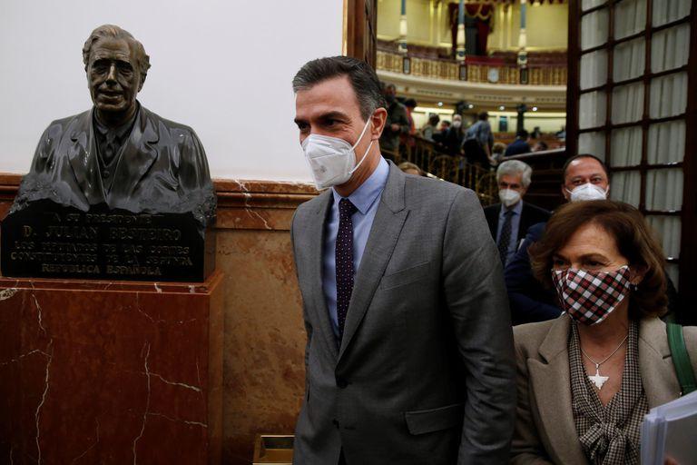 El presidente del Gobierno, Pedro Sánchez, abandona el hemiciclo este jueves en el Congreso junto a la vicepresidenta Carmen Calvo.