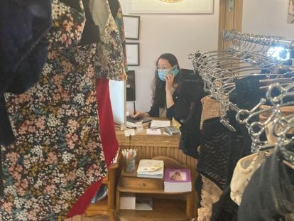 Aline Tran, who started the 'action culottée', this Thursday in her lingerie store in Paris.