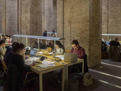 Estudiantes en una biblioteca de la Universidad Pompeu Fabra, Barcelona.