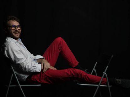 El actor Eduart Meditarrani con una discapacidad visual del 75% posa en la Sala Tarambana en Madrid