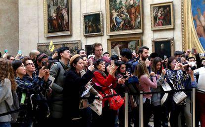 Visitantes del Louvre fotografían 'La Gioconda'.