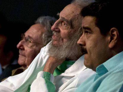 Fidel Castro, entre su hermano Raúl y Nicolás Maduro, durante su 90 cumpleaños