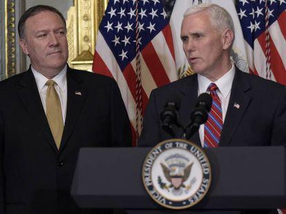Mike Pompeo, a la izquierda, junto a el vicepresidente Mike Pence.