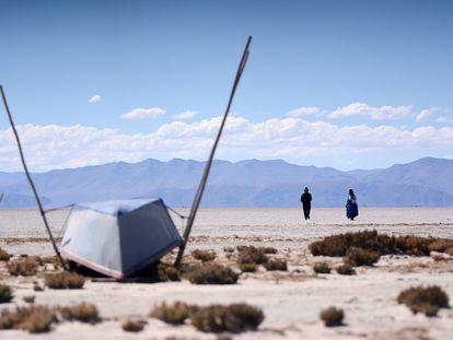 Valerio Rojas y su mujer Cristina Mamani caminan por el Lago Poopó, el segundo lago más grande de Bolivia, que se ha secado.
