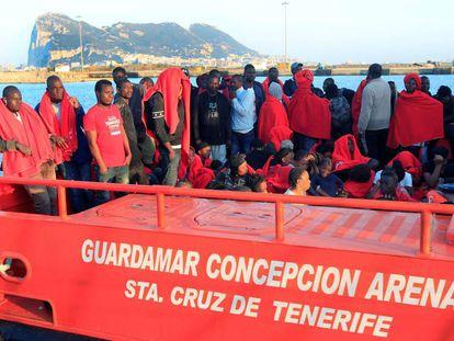 Varios migrantes llegan al puerto de Algeciras este viernes.