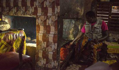 Sidi Sow prepara cordero a la brasa en la 'dibitierie' Chez Mamadou del barrio de Guet Ndar, en Saint Louis
