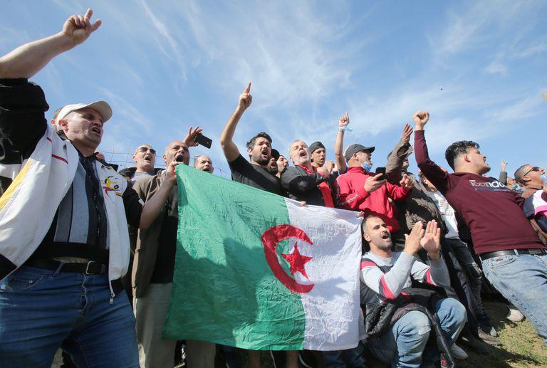 Activistas aguardan la salida del periodista Khaled Drareni y otros presos de opinión, este viernes frente a la prisión argelina de Kolea.
