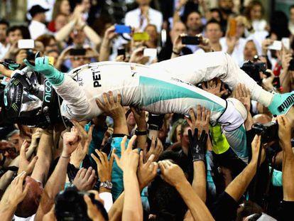 Rosberg celebra la consecución de su primer Mundial.