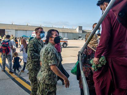 Llegada a la base de Rota del contingente de 400 refugiados afganos evacuados por las tropas de EE UU.