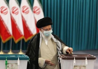 El ayatolá Ali Jameneí vota este viernes.