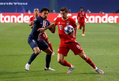 Lewandowski y Marquinhos pugnan por un balón durante la final de la Champions el pasado 23 de agosto en Lisboa