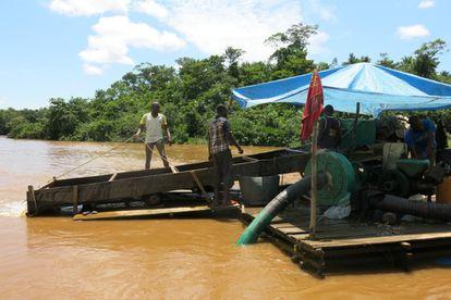 Maquina artesanal utilizada para dragar el río Ulindi en la RDC / Global Witness