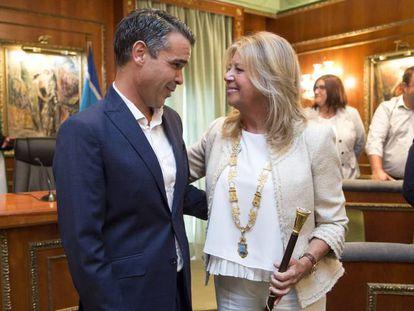 La alcaldesa de Marbella, Ángeles Muñoz (PP), junto al regidor saliente, José Bernal (PSOE).