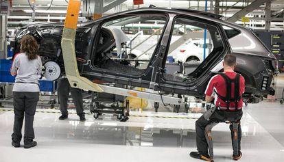 Operarios trabajan en una fábrica de coches.