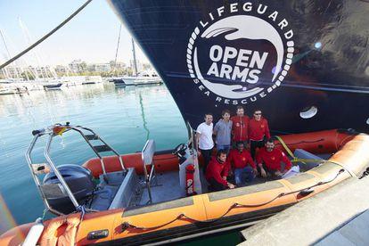 Foto de familia de una ONG que trabaja rescatando migrantes del mar Mediterráneo.