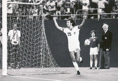 Santi Formoso celebra un gol con el Cosmos.
