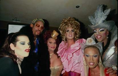 Dennis Rodman posa rodeado de travestis. Lo hizo en un tiempo en que  estar rodeado de travestis no era una estampa moderna y aceptable, sino más propia del lumpen y reservada a homosexuales.