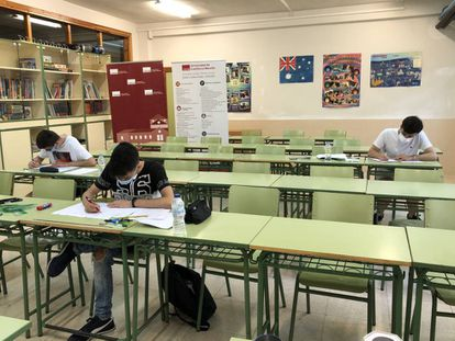 Alumnos en la olimpiada matemática de Castilla La Mancha manteniendo la distancia de seguridad