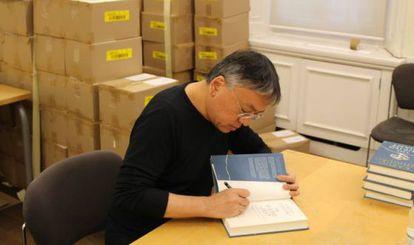Ishiguro firma ejemplares de 'The Buried Giant'.