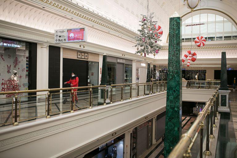 Centro Comercial Gran Via 2 con la mayoría de sus establecimientos cerrados por las restricciones.