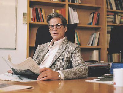 El modelo Mark Vanderloo posa con chaqueta cruzada de lana beis y gris y montura de gafas, todo de Giorgio Armani; camisa blanca Uniqlo U y reloj de Cartier.