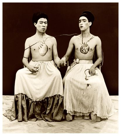 'Las dos Fridas', 'performance' de las Yeguas del Apocalipsis (Lemebel, a la izquierda y Francisco Casas). La imagen, de Pedro Marinello Kairath, pertenece a la colección del Museo Reina Sofía.