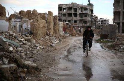Un sirio se mueve en bicicleta en el barrio de Hazeh, al este de la capital, Damasco.