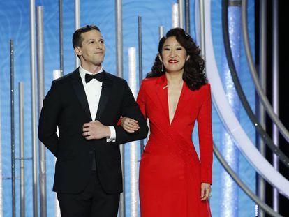 Andy Samberg y Sandra Oh en el inicio de la gala de los Globos de Oro 2019.