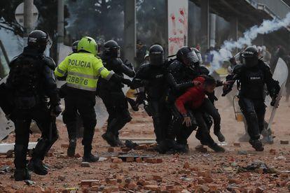 Miembros del Escuadrón Móvil Antidisturbios detienen a un manifestante durante una protesta en Madrid, un municipio cercano a Bogotá, el 28 de mayo.