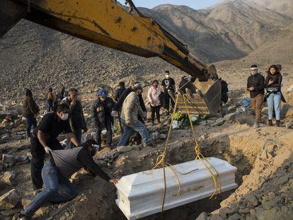 Funeral de una mujer fallecida por la covid, en un cementerio de Lima, Perú, el 25 de agosto.