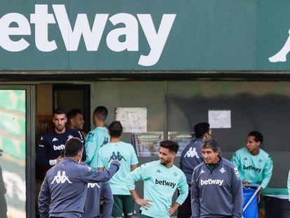 Publicidad de la casa de apuestas Betway en las camisetas de entrenamiento del Real Betis, el pasado lunes.