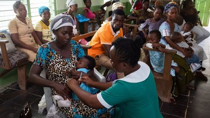 Lordina Dadzie, de seis meses de edad, recibe una dosis de la vacuna RTS,S contra la malaria en la clínica Breman-Amanfopong, en Ghana, en 2019.