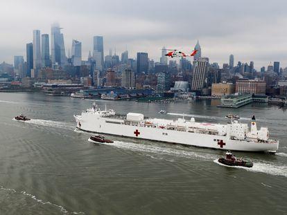 El buque hospital USNS Comfort entrando en la bahía de Nueva York, este lunes. En vídeo, imágenes de la llegada del buque a Nueva York.
