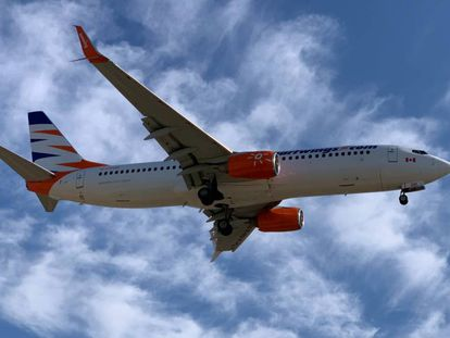 Un avión Boeing aterriza en el aeropuerto de Málaga.