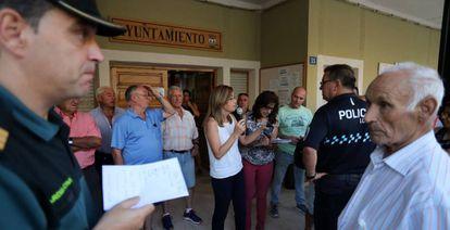 La alcaldesa de Molinicos, Lola Serrano, organiza a los vecinos desalojados por el incendio de Yeste.