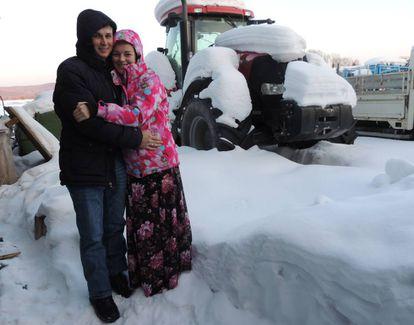 Venedikt y Fain Reutov en el exterior de su casa.