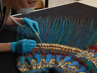 Trabajos de restauración del Penacho de Moctezuma, en el Museo de Etnología de Viena.