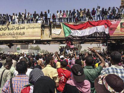 Manifestantes cerca de los cuarteles militares de Jartum, este martes.